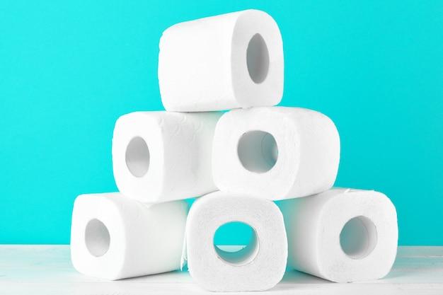 Toilettenpapier rollt auf dem hellen türkis