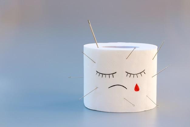 Toilettenpapier und blut konzept der hämorrhoidenbehandlung
