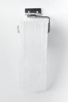 Toilettenpapierrolle auf einem halter