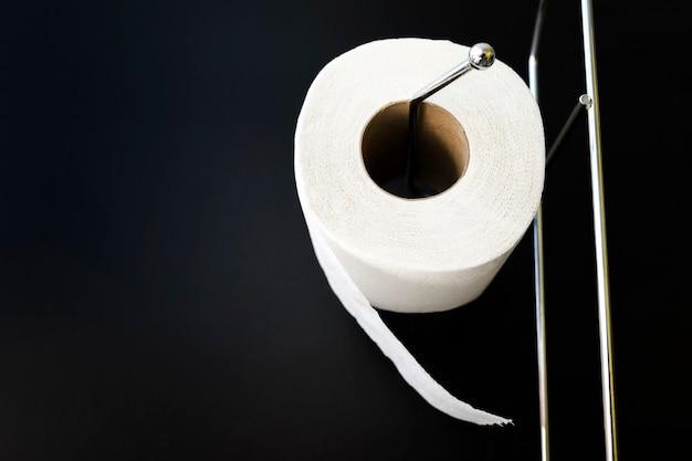 Toilettenpapierrolle mit niedrigem winkel