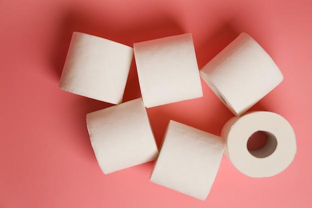 Toilettenpapierrollen auf farbe