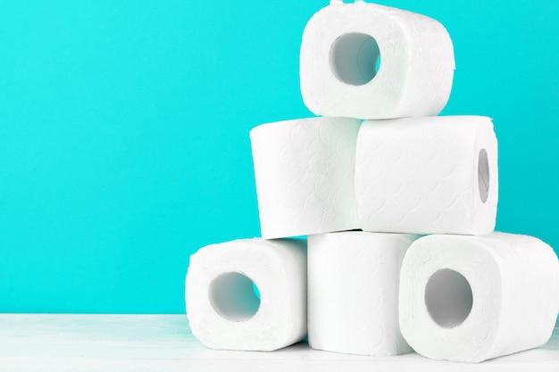 Toilettenpapierrollen auf türkis