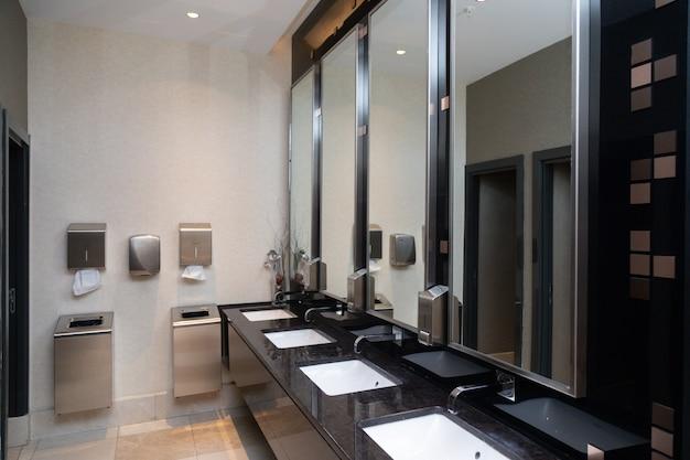 Toilettenraum an einem öffentlichen ort