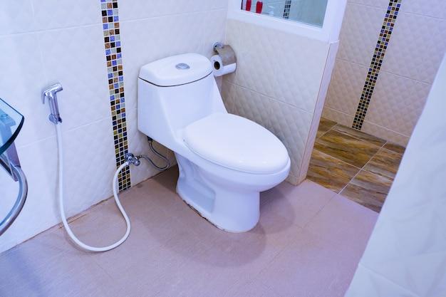 Toilettenschüssel in einem modernen badezimmer, toilettenspülung sauberes badezimmer