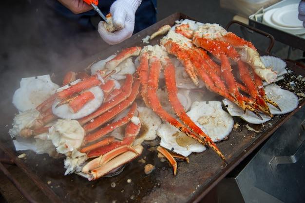 Tokio, japan straße in tsukiji außenmarkt in ginza mit nahaufnahme einzelhandel musteranzeige von gekochtem rotem krebs hummer beine weißes fleisch