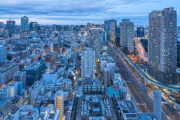 Tokio-stadtbild-skyline in tokio, japan bei nacht.