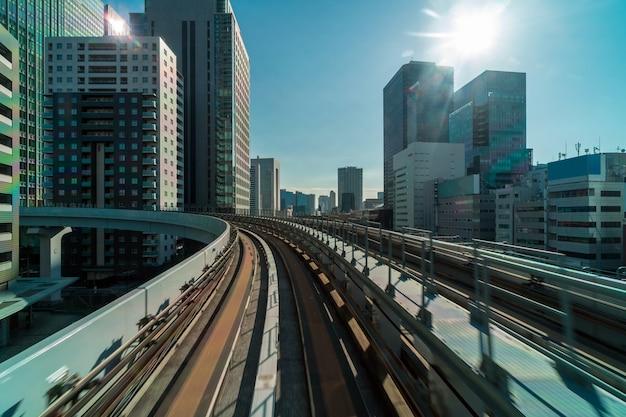 Tokyo-architekturgebäude von der szene der yurikamome einschienenbahn zu odaiba-bereich, tokyo-stadtbild, japan