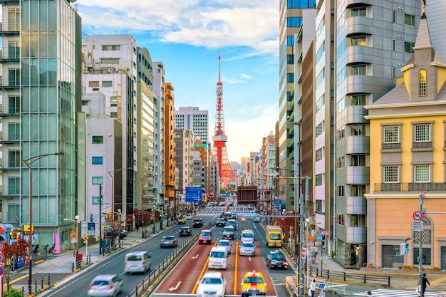 Tokyo city street view mit tokyo tower in der dämmerung