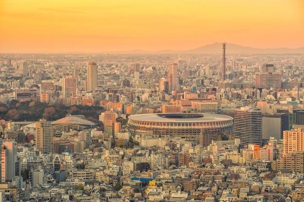 Tokyo, japan - 5. dezember 2019: das neue nationalstadion, olympiastadion in tokio, japan von oben bei sonnenuntergang