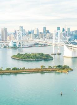 Tokyo skyline mit tokyo turm und regenbogen brücke.