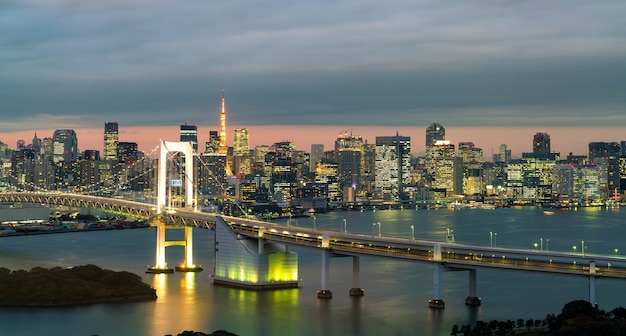 Tokyo-skyline mit tokyo-turm und regenbogenbrücke.