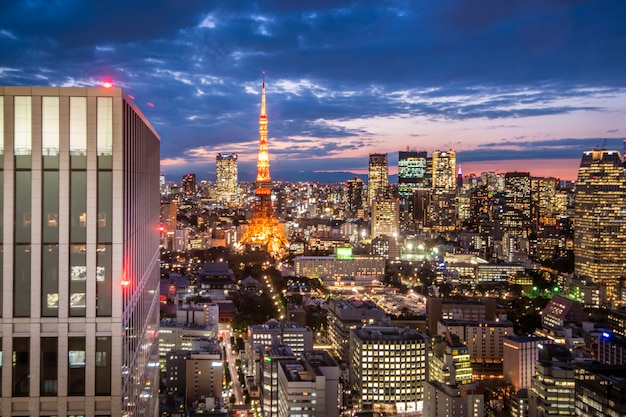Tokyo-skylinestadtbild an der dämmerung mit tokyo-turm
