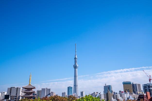 Tokyo skytree bluidings über einem blauen himmel