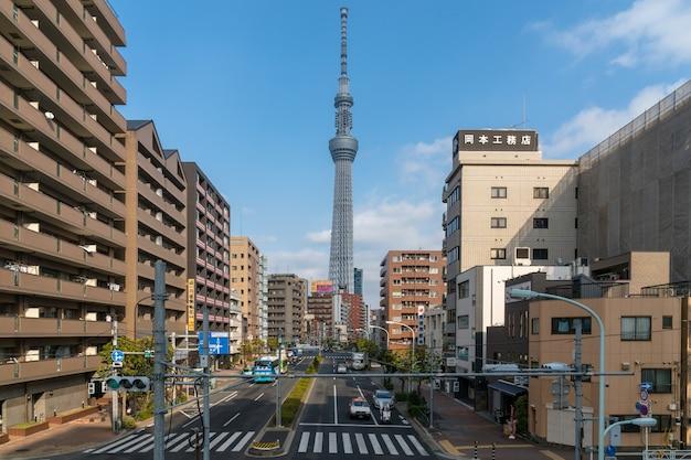 Tokyo skytree lokalisieren mit verschiedenem gebäudestadtbild und verkehrsstraßenschnitt in der hauptverkehrszeit