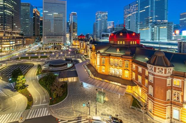 Tokyo stadtbild bei nacht mit blick auf tokyo station in japan