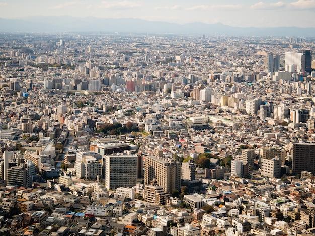 Tokyo-stadtbild, wie vom tokyo-stadtregierungsgebäude in shinjuku gesehen