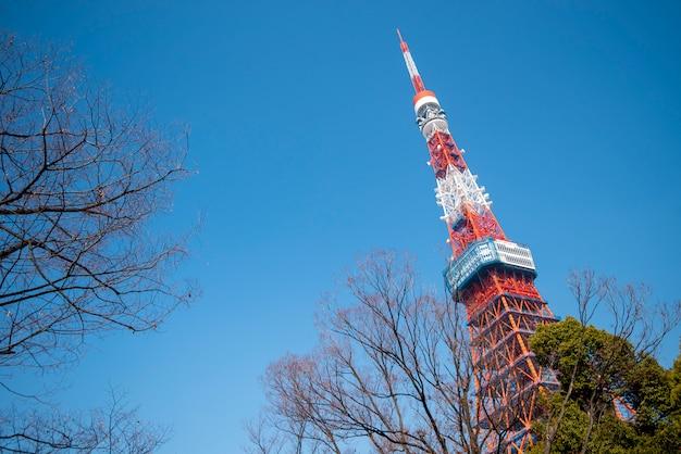 Tokyo tower mit blauem himmel