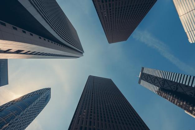 Tokyo-wolkenkratzergebäude bei shinjuku im stadtzentrum gelegen und geschäftsgebiet am morgen, japan.