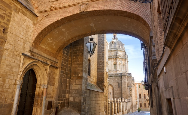 Toledo cathedral arch in spanien