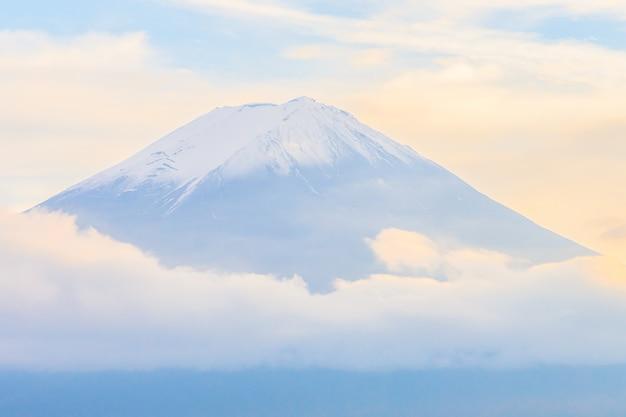 Tolle aussicht auf schneebedeckten berg