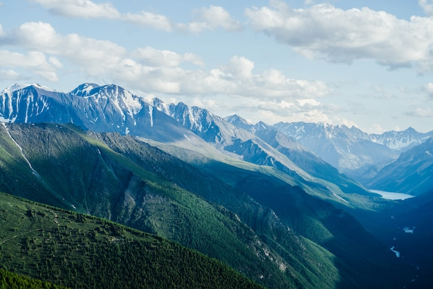 Tolle berge, gletscher und grünes waldtal mit alpensee und fluss.