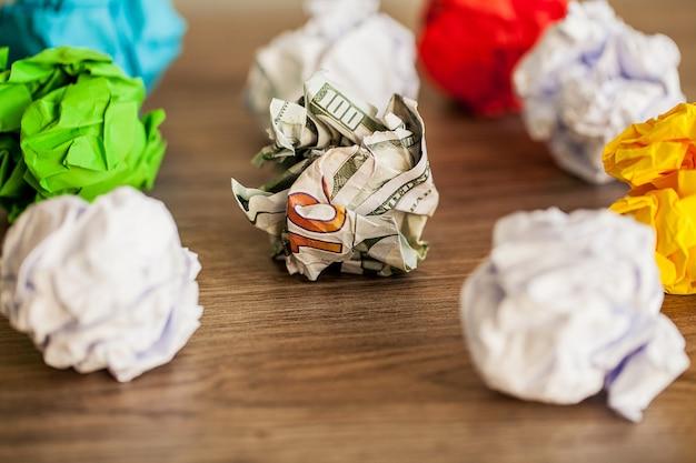 Tolle idee, konzept. zerknittertes buntes papier auf holztisch