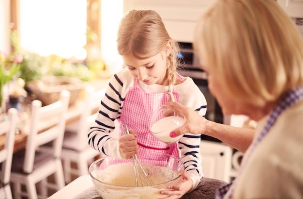 Toller kleiner bäcker, der in der küche arbeitet