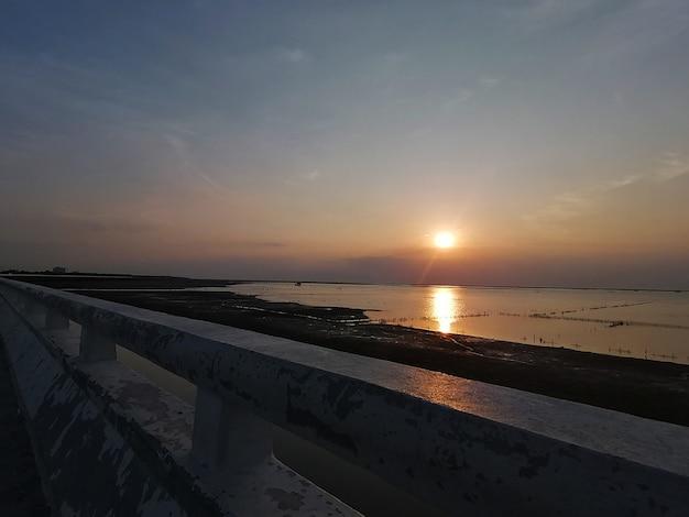 Toller sonnenuntergang am strand von thailand