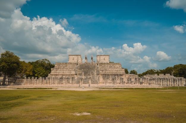 Tolles foto der pyramide von chichen itza, maya-zivilisation, eine der meistbesuchten archäologischen stätten in mexiko.