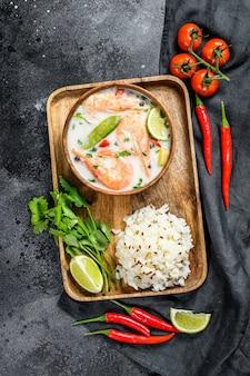 Tom kha gai. würzige cremige kokosnusssuppe mit hühnchen und garnelen. thai essen