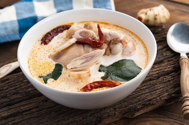 Tom kha kai oder tom kha gai, traditionelles thailändisches suppenhuhn auf holz