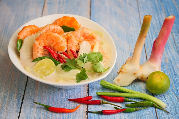 Tom kha traditionelle thailändische suppe mit shimp-kokosmilch und scharfen gewürzen