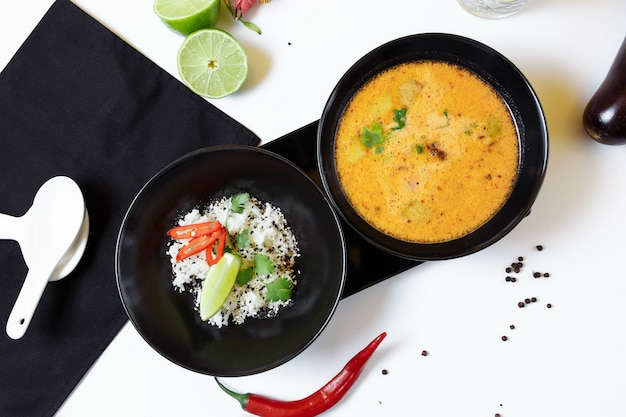 Tom kha. würzige würzige asiatische suppe mit auberginen, hühnchen, pilzen, zitronengras, serviert mit reis und koriander