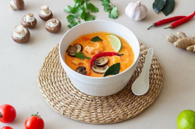 Tom lecker suppe. thailändische cousine. gesundes essen. rezepte nationale küche