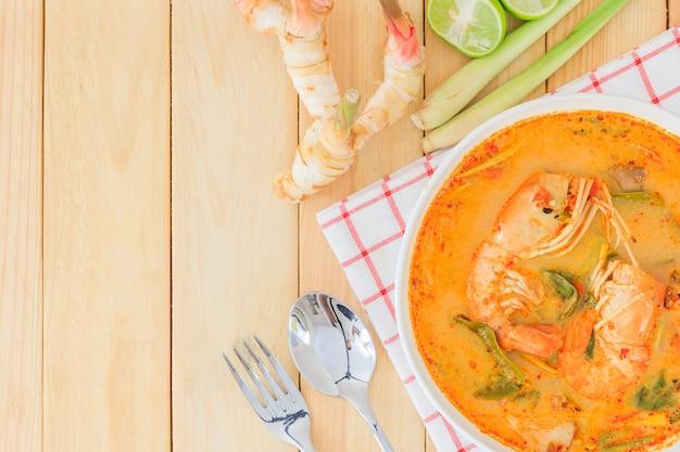 Tom yam kong oder tom yum ist eine würzige klare suppe, die in thailand typisch ist