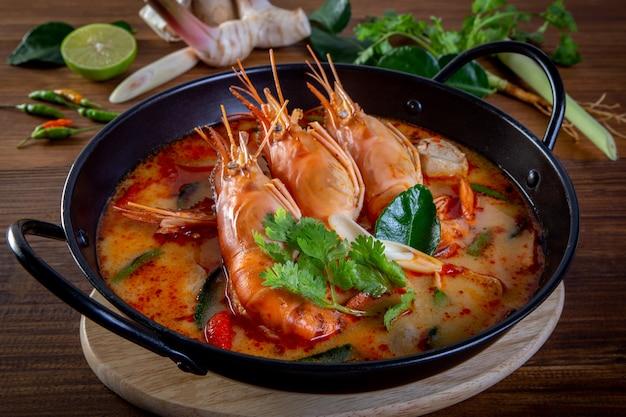 Tom yam kung ist eine würzige klare suppe typisch in thailand