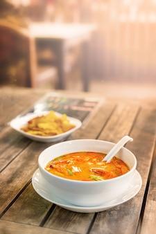 Tom yam kung, thailändische küche. auf einem holztisch. vertikales foto.