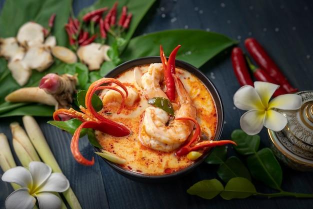 Tom yam kung würzige thai-suppe mit garnelen, meeresfrüchten, kokosmilch und kräutern