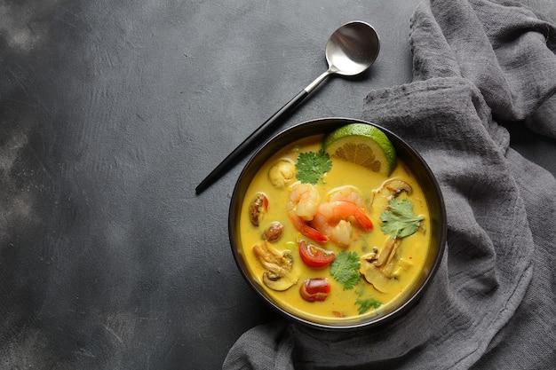 Tom yam kung würzige thai-suppe mit garnelen, tomaten, pilzen und chili