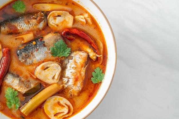 Tom yum dosenmakrele in würziger suppe - asiatische küche food