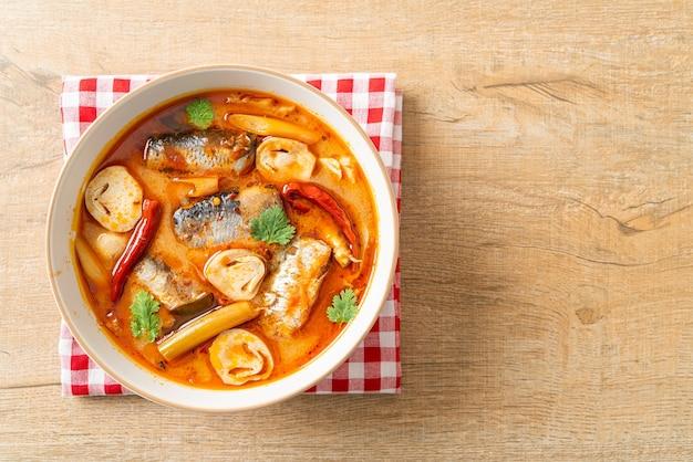 Tom yum dosenmakrele in würziger suppe - asiatische küche