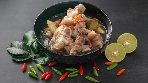Tom yum kha moo, scharfe und würzige schweinebein-suppe