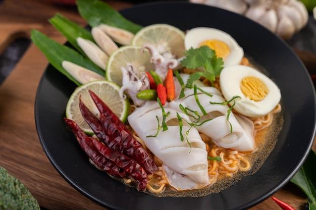 Tom yum mama mit tintenfisch und gekochtem ei.