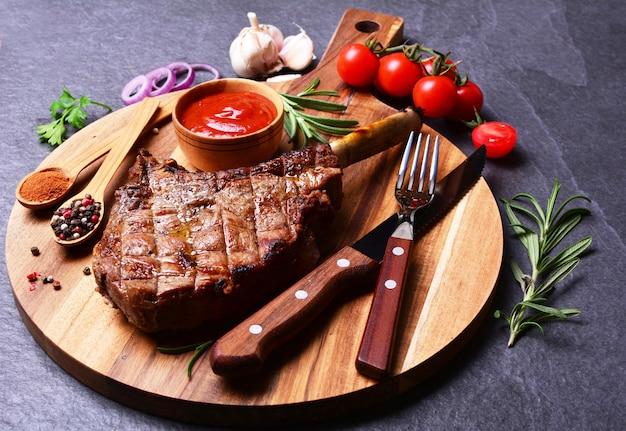 Tomahawk steak mit gewürzen und gemüse