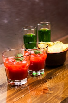 Tomate alkoholisches cocktail