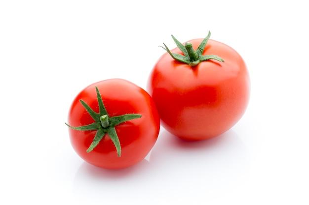 Tomate auf dem weißen isolierten hintergrund.