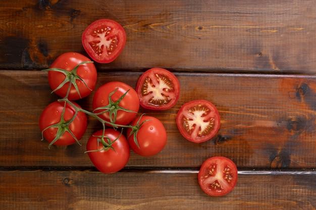 Tomate auf einem braunen holztisch