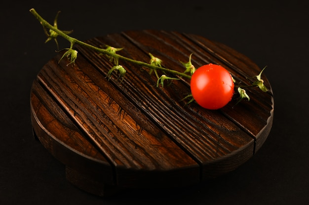 Tomate auf einem holzbrett