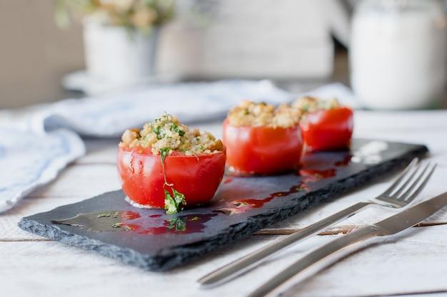 Tomate gefüllt mit couscous. vegetarisches gesundes essen