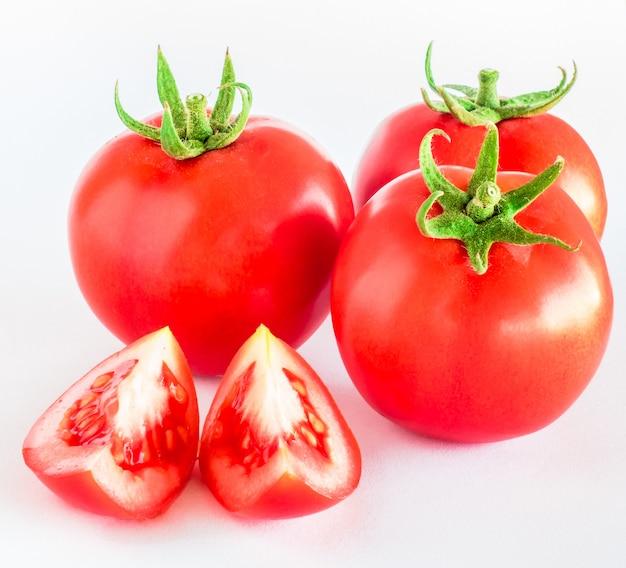 Tomate getrennt auf weißem hintergrund